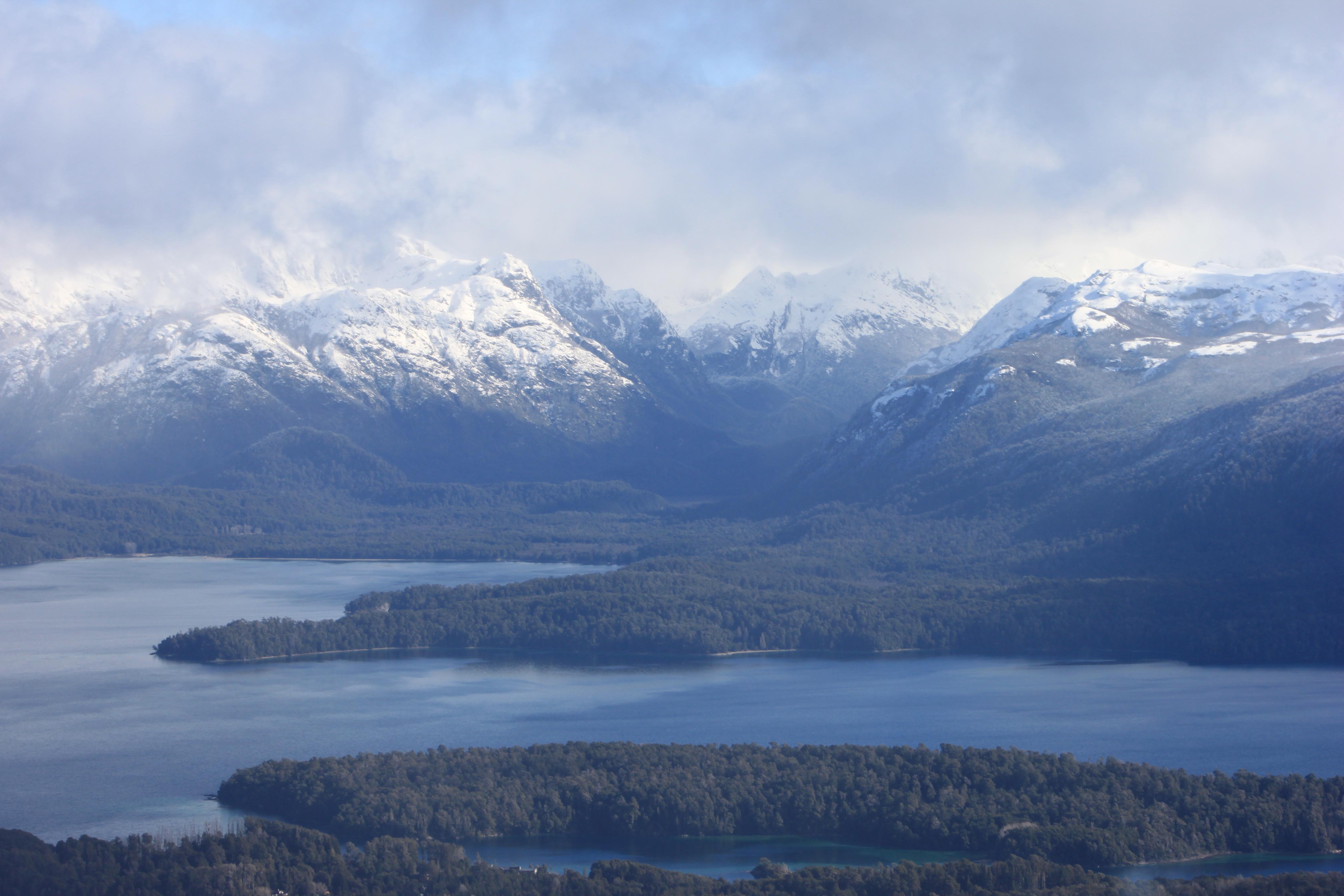 La naturaleza lagos, bosques y montañas de Villa La Angostura, en la Patagonia de Argentina.