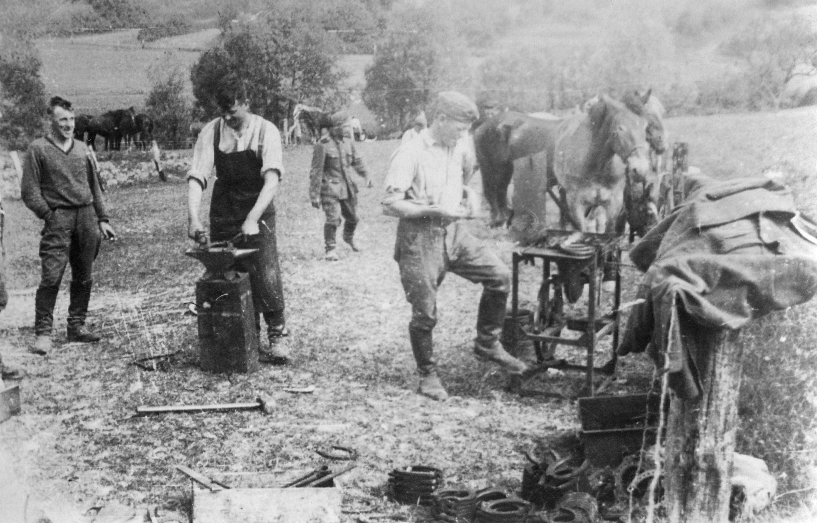 https://de.wikipedia.org/wiki/Schmiede#/media/File:Wehrmacht_Feldschmiede_Battlefield_Forge.jpeg