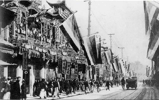 Xinhai Revolution in Shanghai; Chen Qimei organized Shanghainese civilians to start the uprising and was successful. The picture above is Nanjing Road after the uprising, hung with the Five Races Under One Union Flags then used by the revolutionaries.
