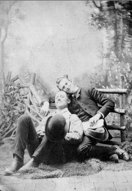 upload.wikimedia.org/wikipedia/commons/7/74/1880-Male_Couple-US-02.jpg