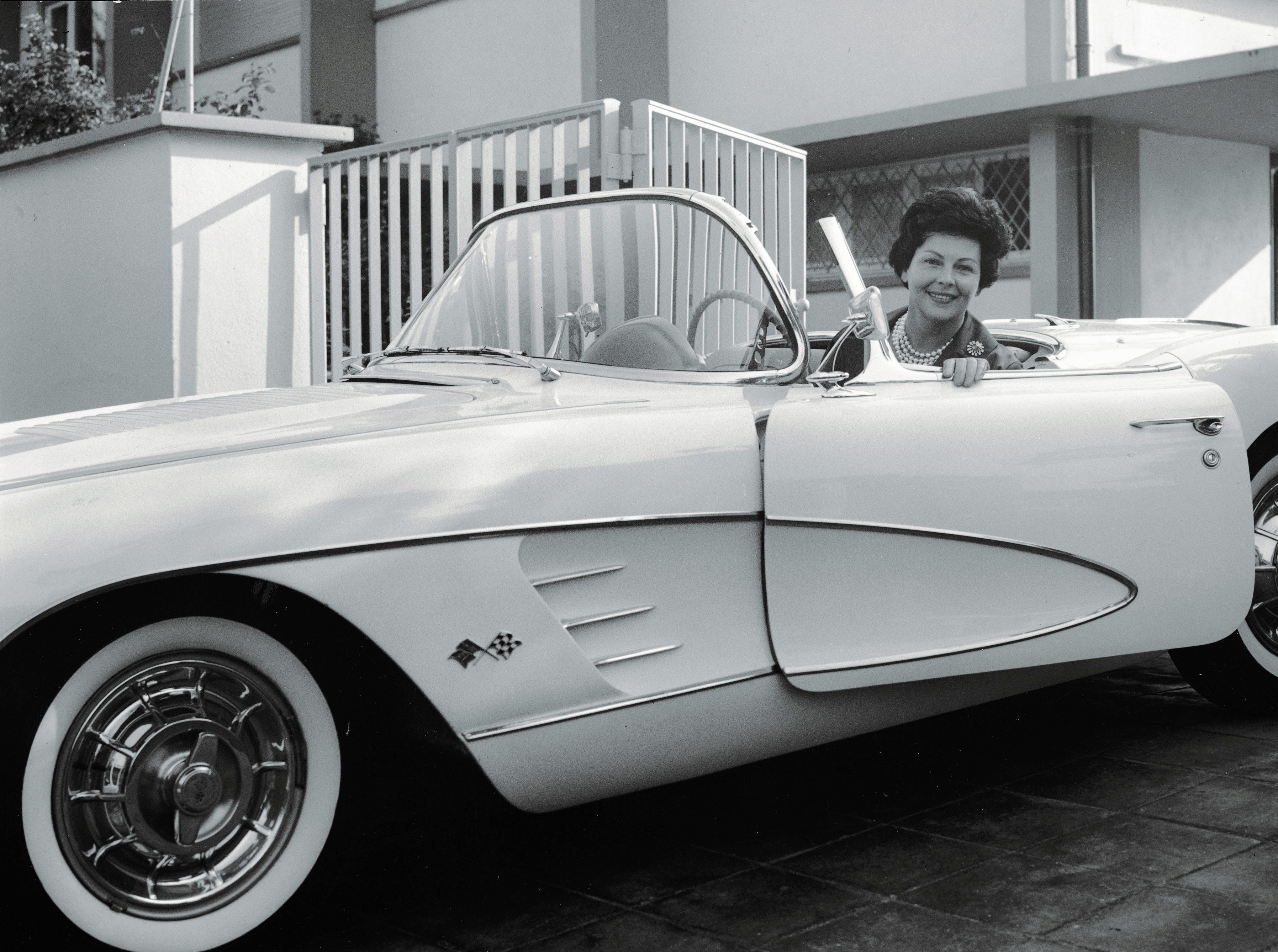 File:Aenne Burda in Chevrolet Corvette - 1956.jpg - Wikimedia Commons