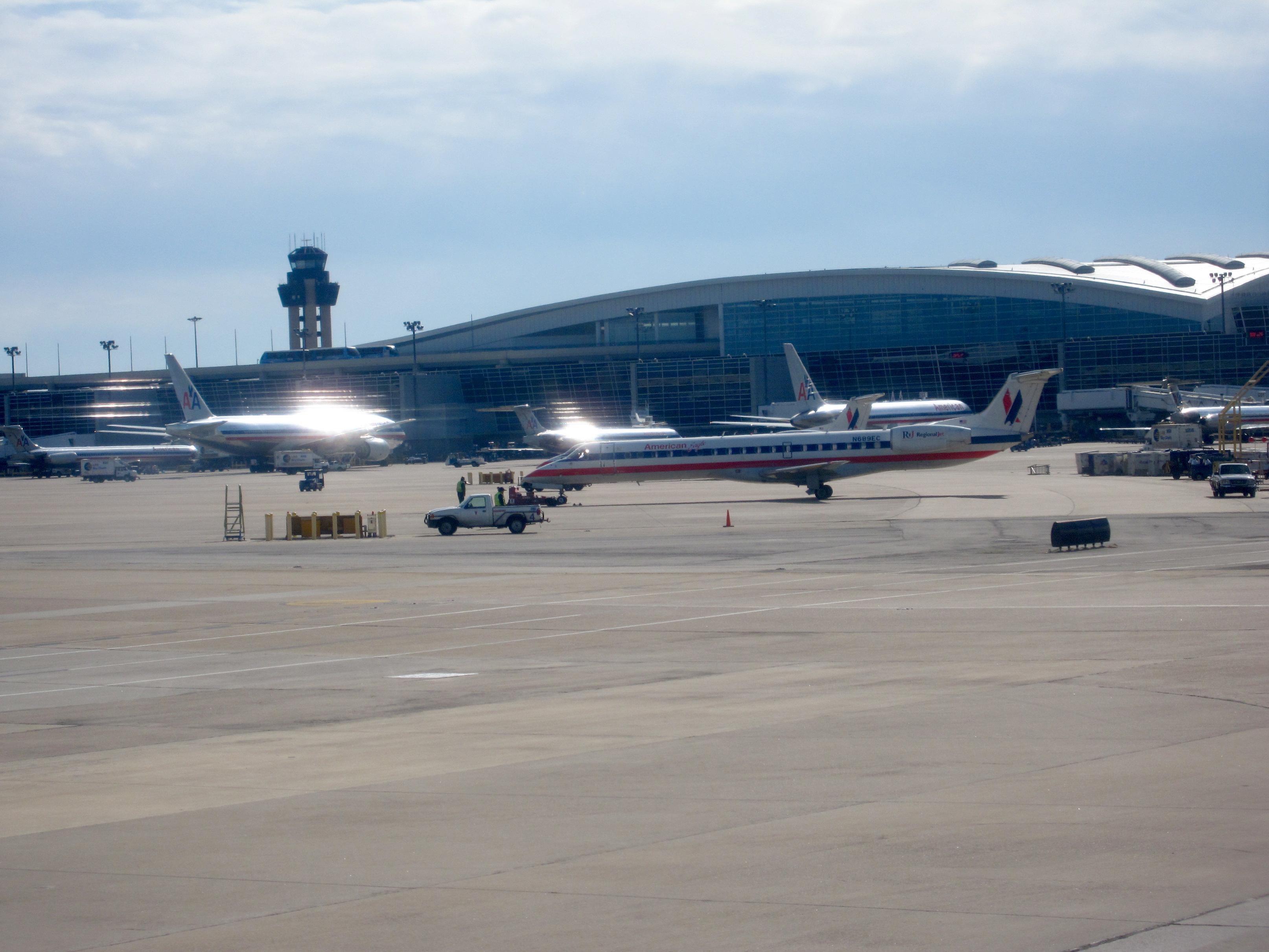File:American Eagle Airlines.ERJ 145.DFW.2009.JPG ...
