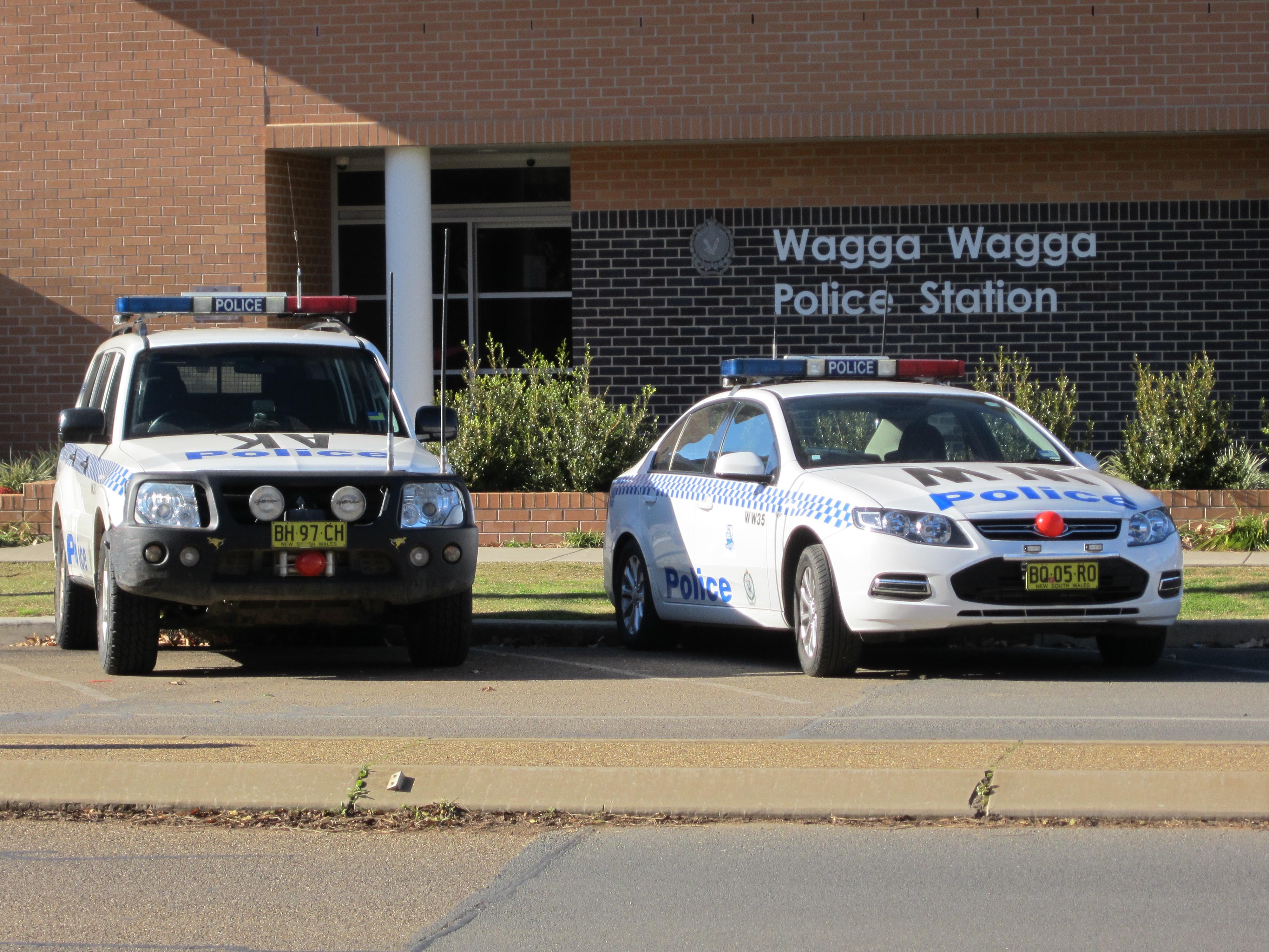 File:Ariah Park (AK47) Mitsubishi Pajero and Wagga Wagga (WW35) Ford