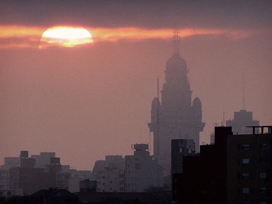 File:Atardecer en Montevideo.jpg