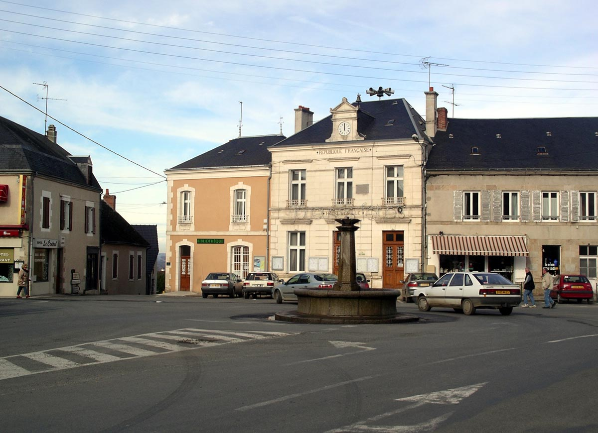 La mairie sur la place width=