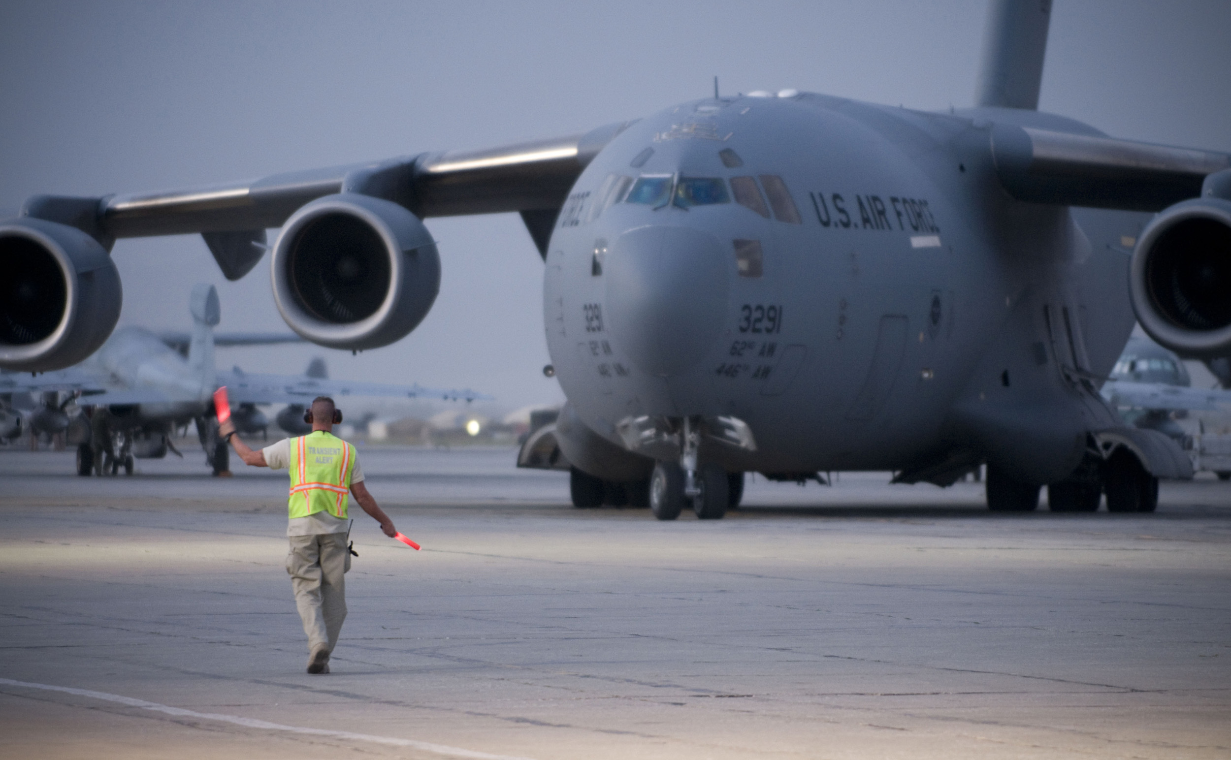 http://upload.wikimedia.org/wikipedia/commons/7/74/C-17_Globemaster_III_is_marshaled_into_position.jpg