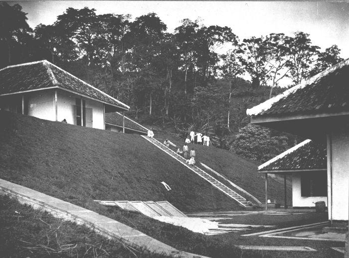 File collectie tropenmuseum de verblijven van psychiatrisch ziekenhuis sempoe gelegen op een - Moderne huis op een helling ...