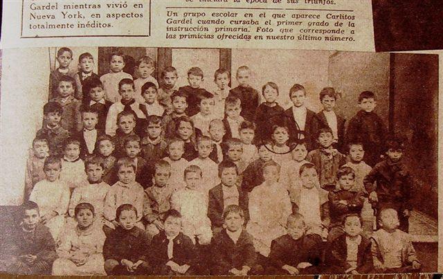 """Carlos Gardel niño, Montevideo. Con sus compañeros de primer Grado """"C"""". Escuela de Segundo Grado de Varones No 27, Calle Durazno 337 (numeración antigua), Montevideo, Barrio Palermo"""