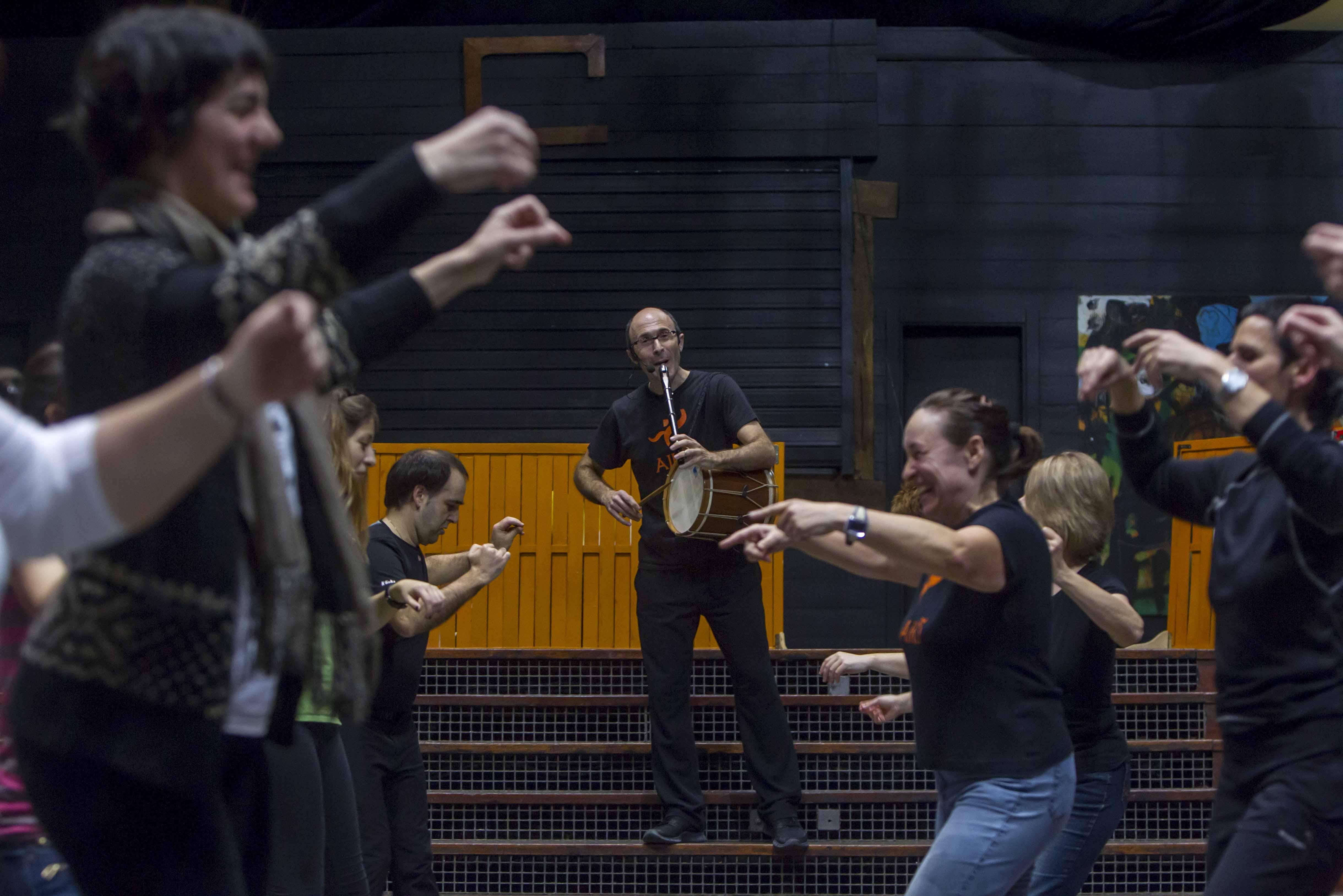 File dantzaldi ibiltaria en el teatro campos el seos - Teatro campos elisios ...
