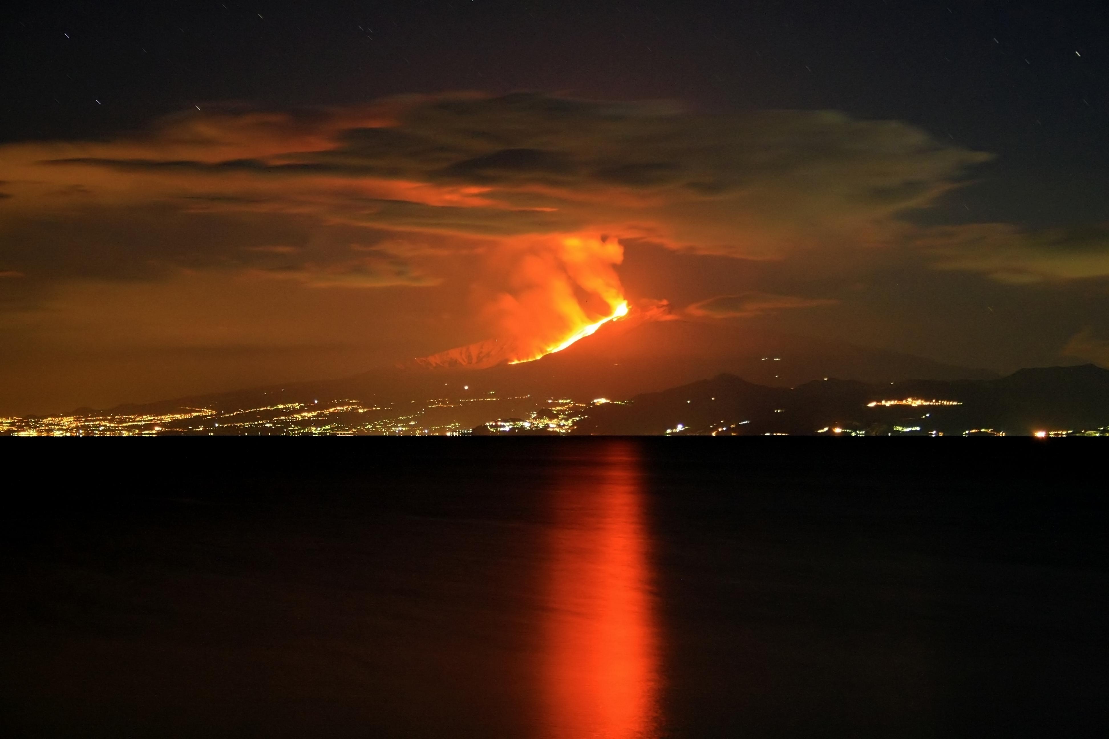 File:Eruzione Etna 13-01-2011 C.jpg - Wikimedia Commons