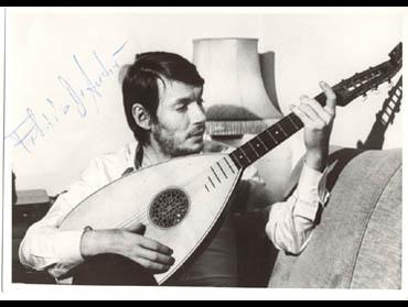 '''Foto de 1975: Fabrizio De André con un buzuki.'''
