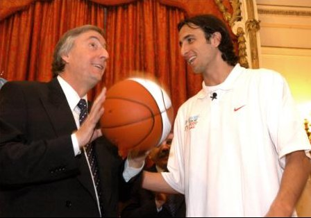 [Image: Ginobili_y_Kirchner-1jul05-presidencia-govar.jpg]