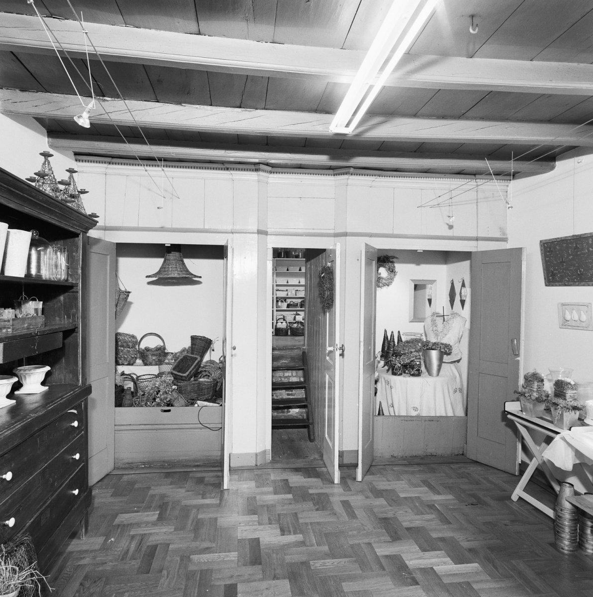 File interieur woonkamer kastenwand met open paneeldeuren en doorkijk naar opkamer schijndel - Interieur woonkamer ...