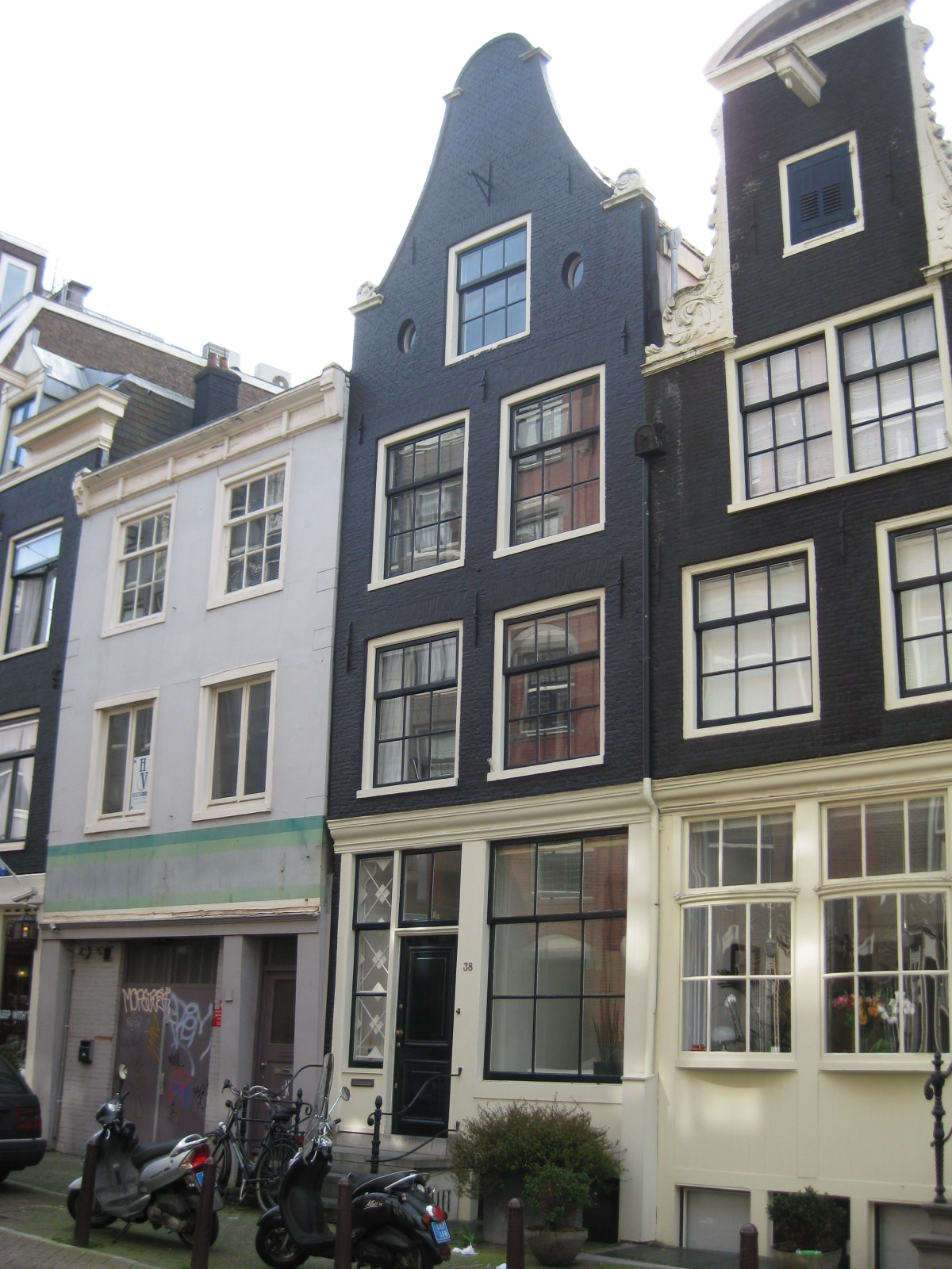 Huis waarvan de gevel verhoogd is in amsterdam monument - Huis gevel ...