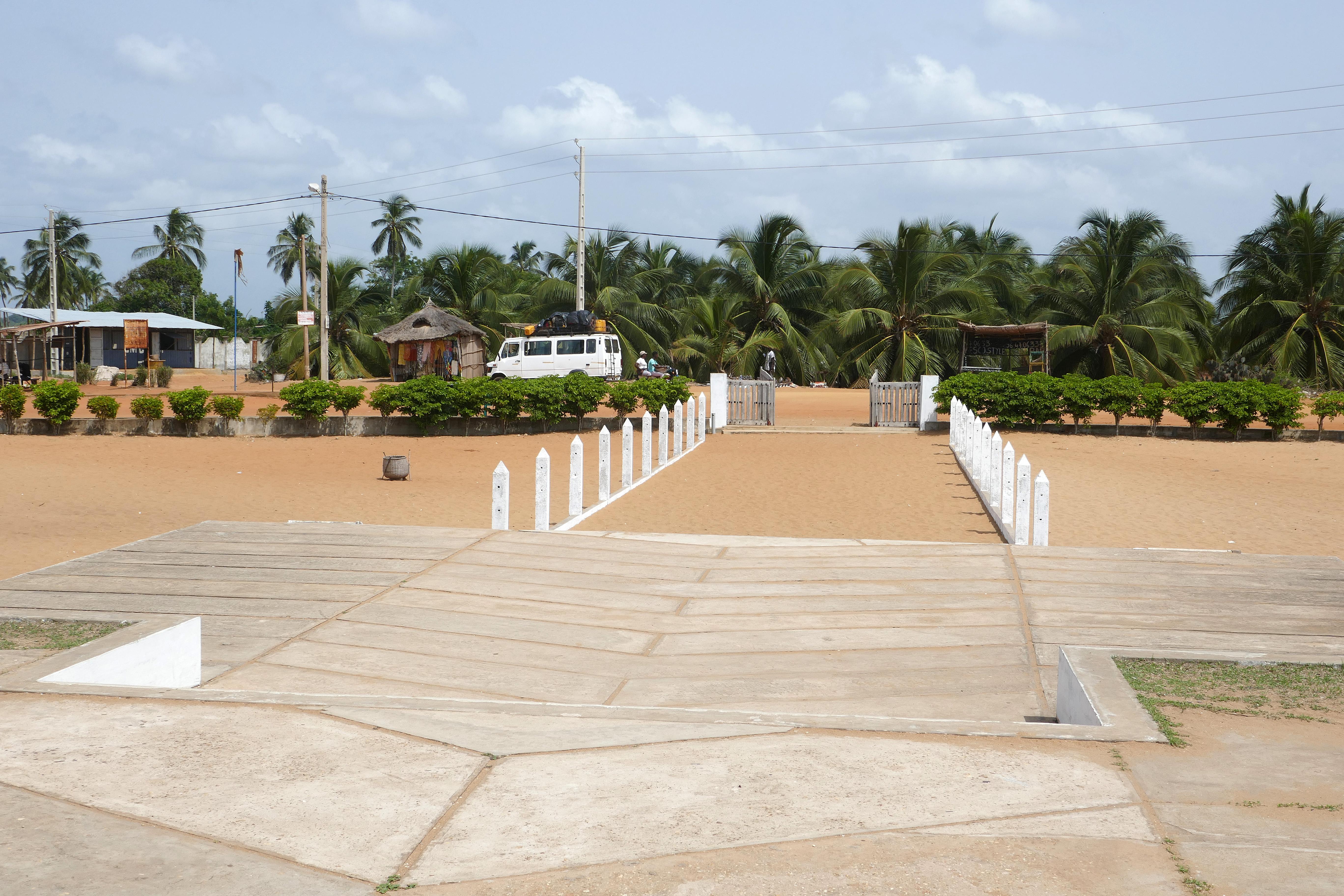 File Ouidah Esplanade De La Porte Du Non Retour Cote Route 2 Jpg