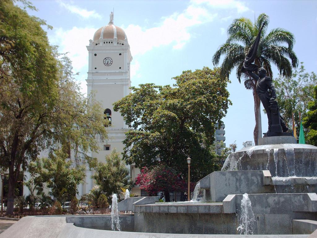 Plaza atanasio girardot wikipedia la enciclopedia libre for Casa jardin la asuncion