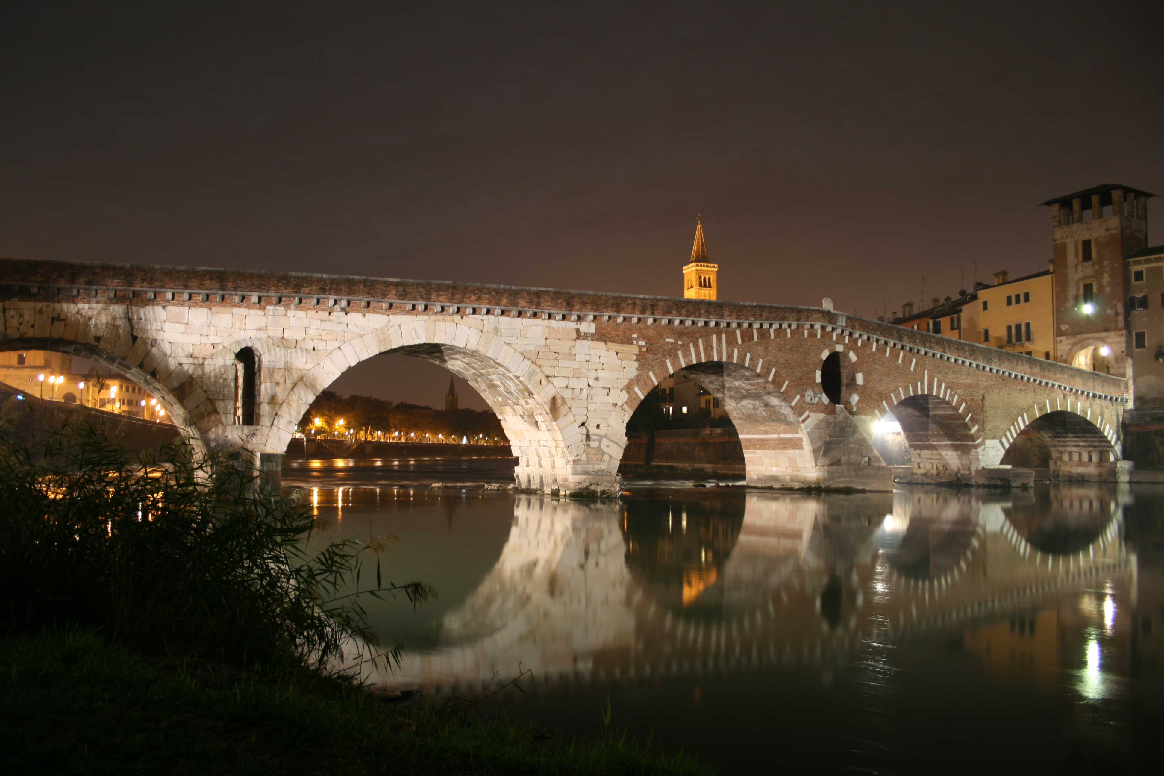 la mia città Ponte_Pietra_by_night