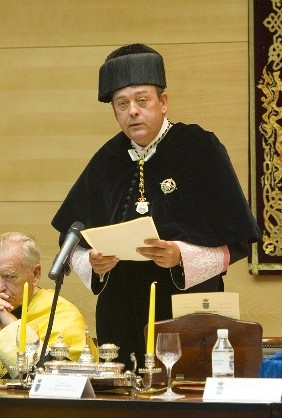 Spanish rector (University president) in full academic dress, wearing the hexagonal birrete (biretta) that is the academic cap in Spanish universities. - Academic dress
