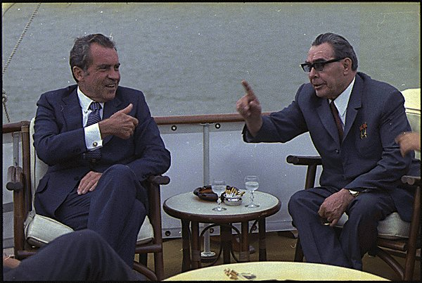 https://upload.wikimedia.org/wikipedia/commons/7/74/Richard_M._Nixon_and_Leonid_Brezhnev-1973.jpg