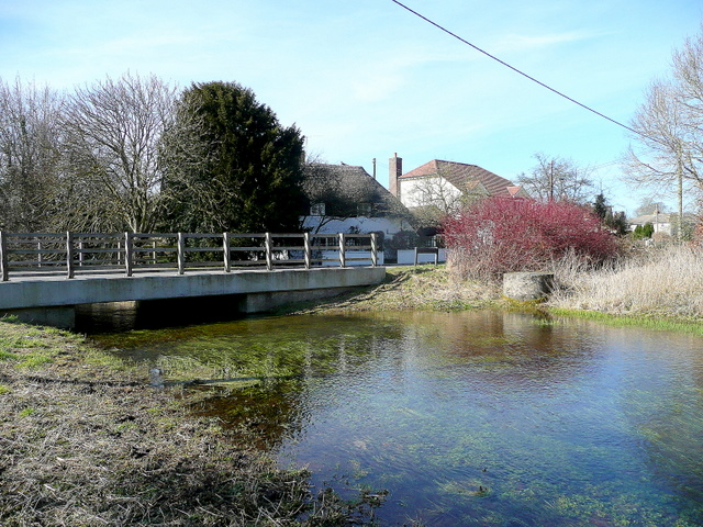 Bestand:River Bourne at Newton Tony 2 - geograph.org.uk - 1736077.jpg