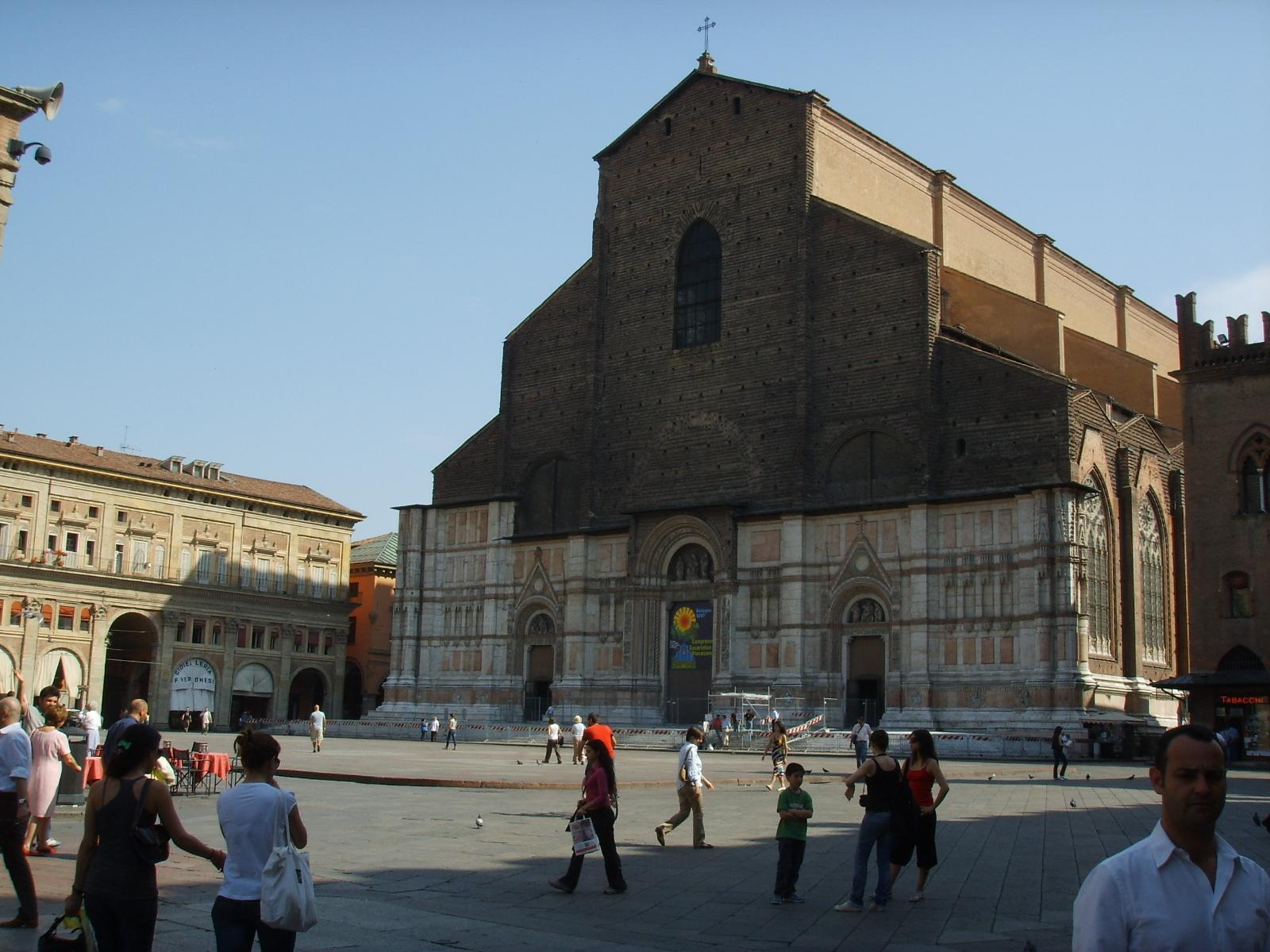 Facciata antistante di San Petronio (Bologna)