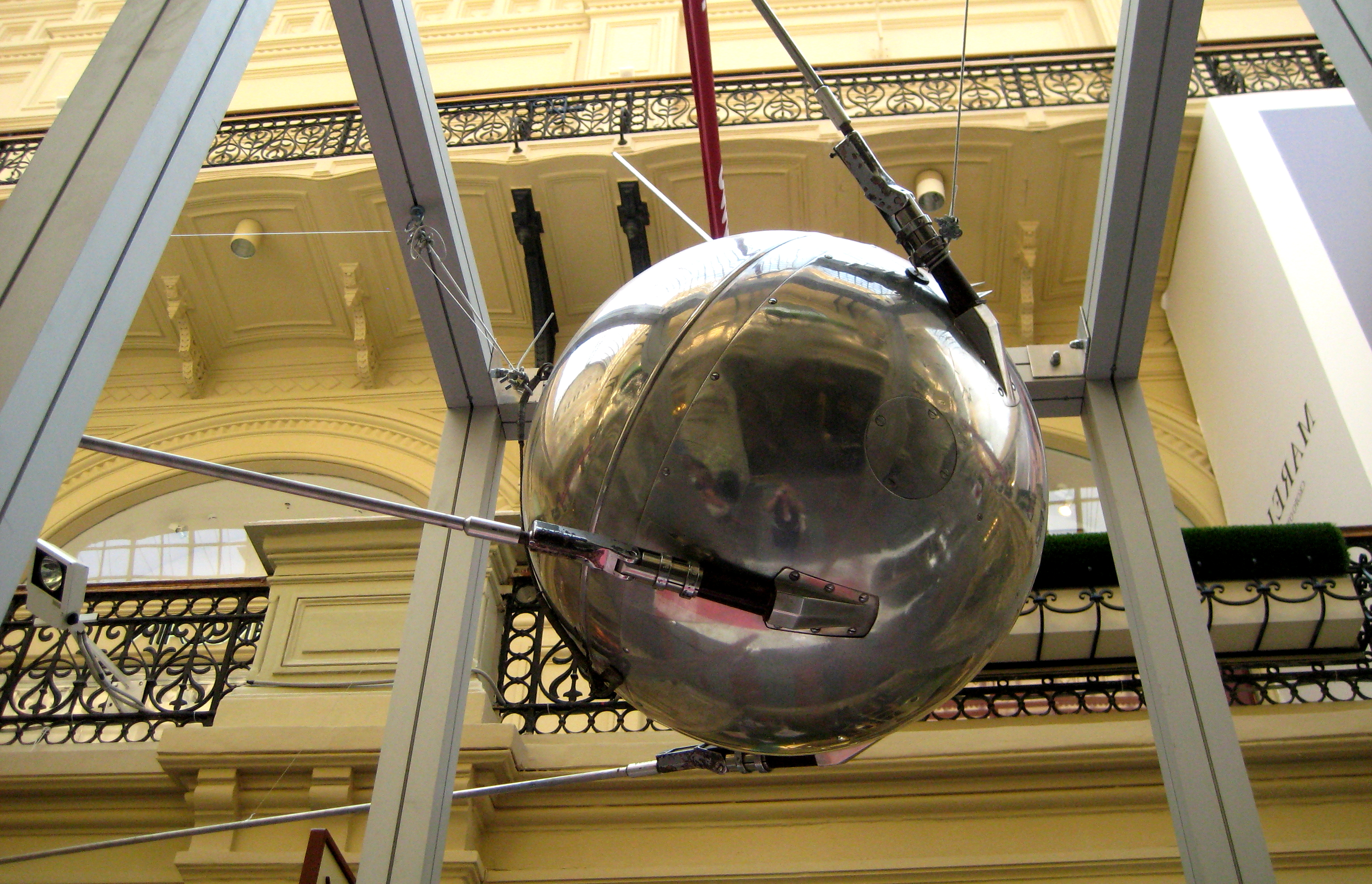 http://upload.wikimedia.org/wikipedia/commons/7/74/Sputnik-1_(model)_02.jpg