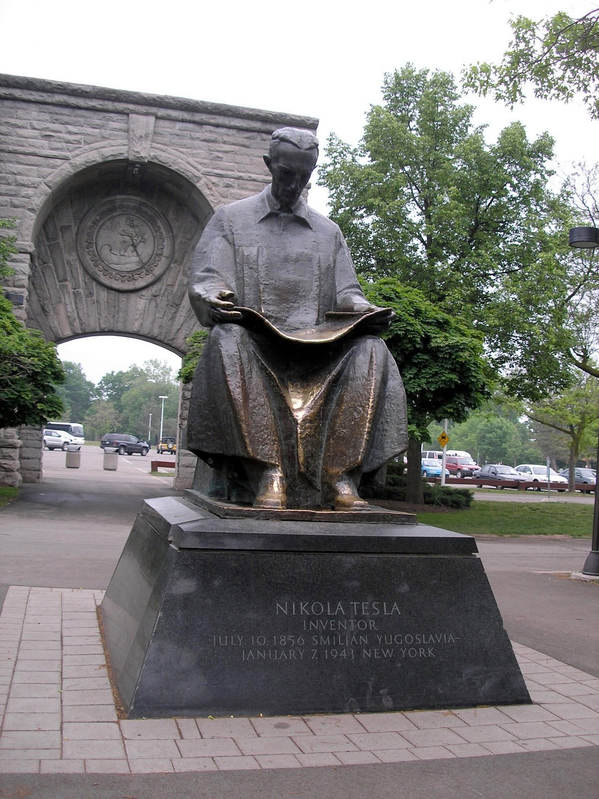 Statue of Nikola Tesla by the American Falls reading a book