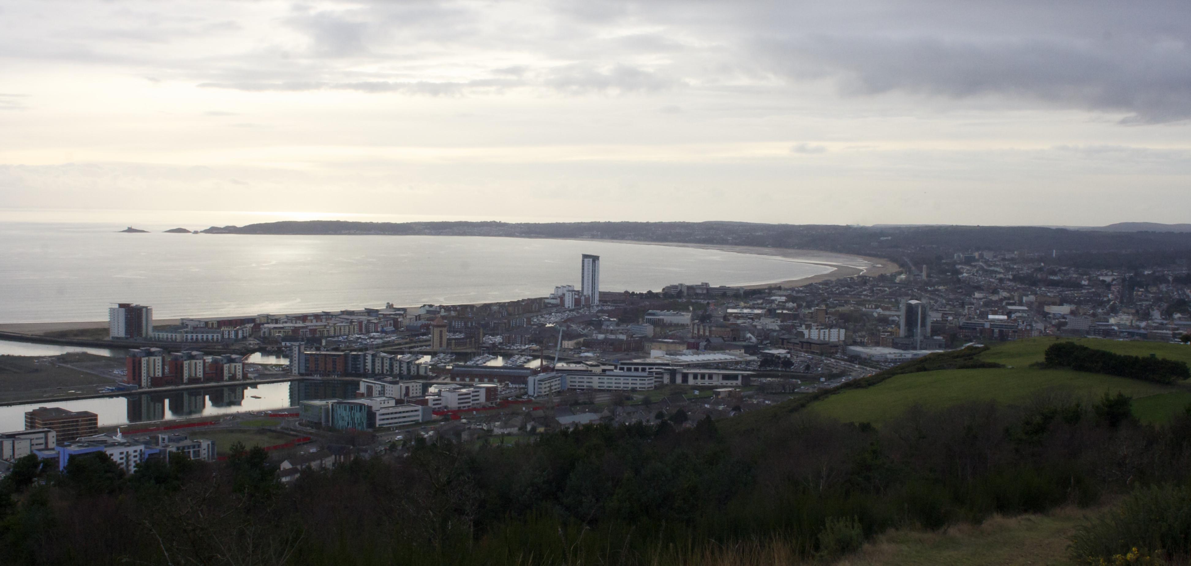https://upload.wikimedia.org/wikipedia/commons/7/74/Swansea_from_Kilvey_Hill.jpg