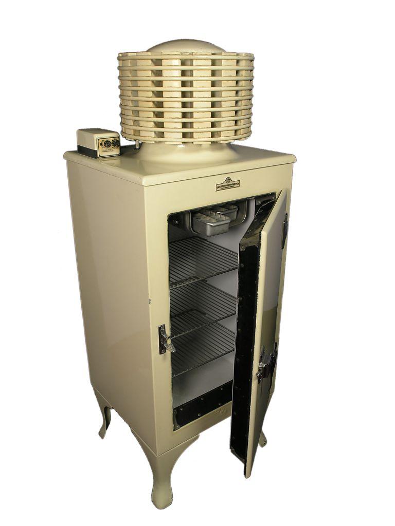 Uno dei primi frigoriferi con scambiatore di calore cilindrico in cima. Attualmente collocato nella collezione Thinktank, Birmingham Science Museum.