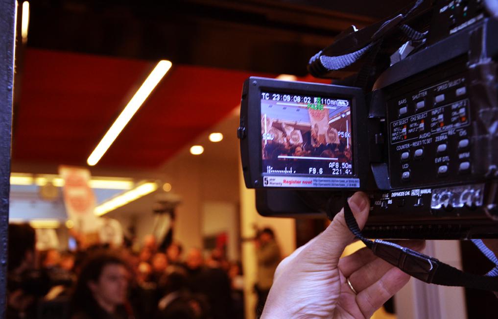 File:Un journaliste filme le comité d\'accueil à l\'intérieur ...