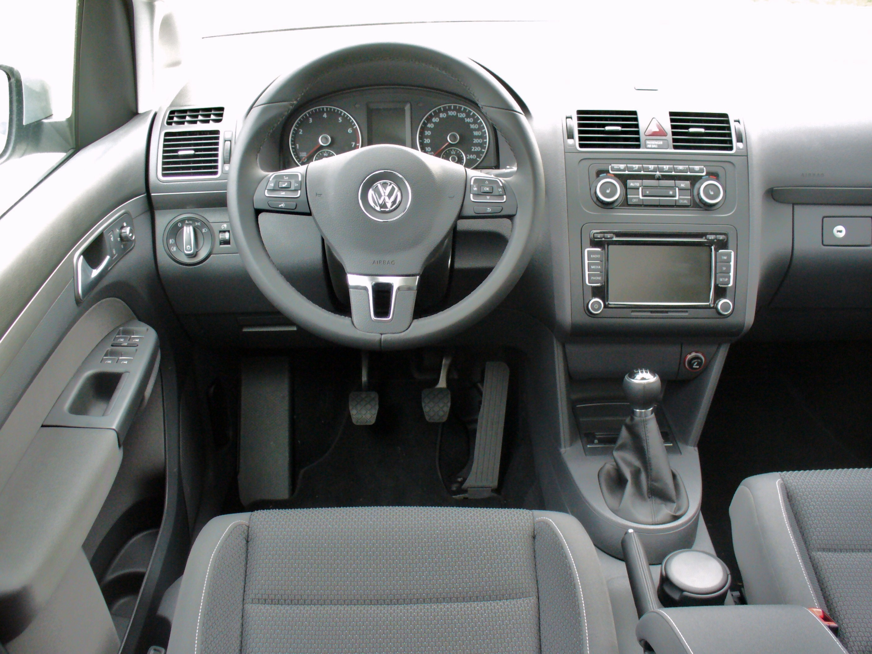 file vw touran facelift ii 1 4 tsi comfortline silverleaf interieur jpg wikimedia commons. Black Bedroom Furniture Sets. Home Design Ideas