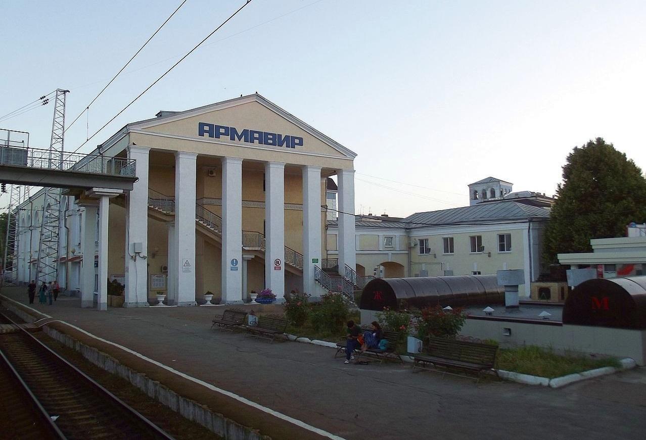На фото ниже хорошо видна надпись с названием вокзала