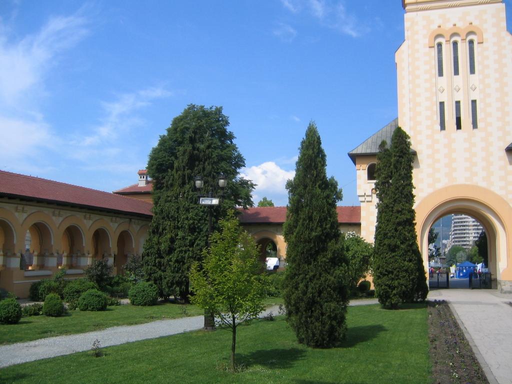 Fişier:AlbaIulia CatedralaOrtodoxa Pavilioane.jpg