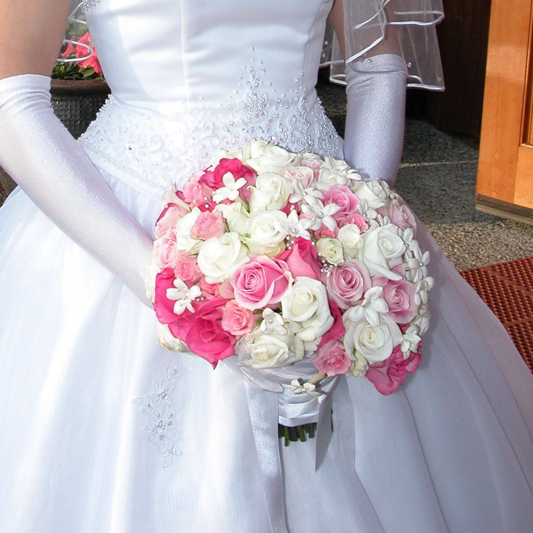 File:Bridal bouquet white pink rose stephanotis.jpg - Wikimedia Commons