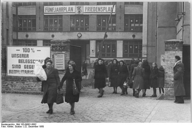 File:Bundesarchiv Bild 183-09061-0002, Berlin, Greifswalder Straße, Feierabend.jpg