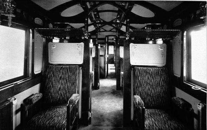 https://upload.wikimedia.org/wikipedia/commons/7/75/COLLECTIE_TROPENMUSEUM_Interieur_van_een_eerste_klas_rijtuig_van_de_Deli_Spoorweg_Maatschappij_TMnr_60004408.jpg
