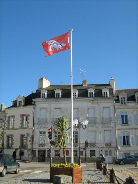 Votre Nationalité et votre unifoliés!!! | Expressions cool de votre région pour se marrer - Page 2 Drapeau_de_Vannes_sur_le_port