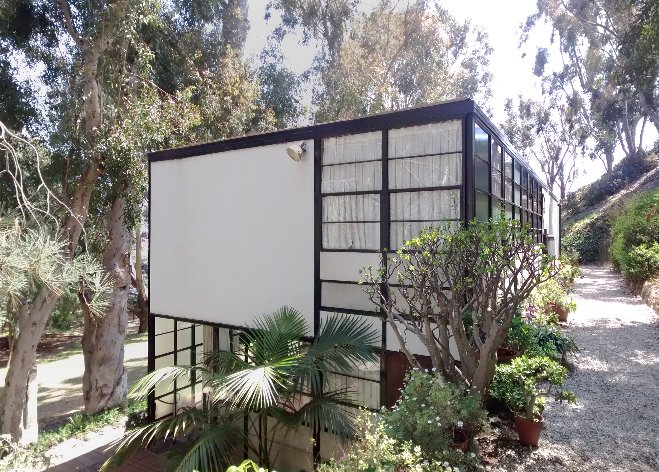 Pacific Palisades  Eames House   Case Study House     Charles and Ray Eames Adroyt