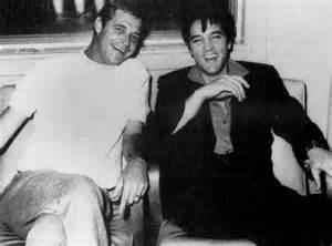 Elvis insieme al produttore discografico Felton Jarvis