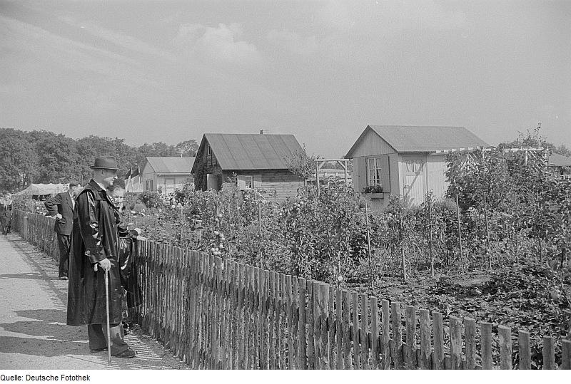 Besucher an Kleingarten 1955 - Quelle: WikiCommons