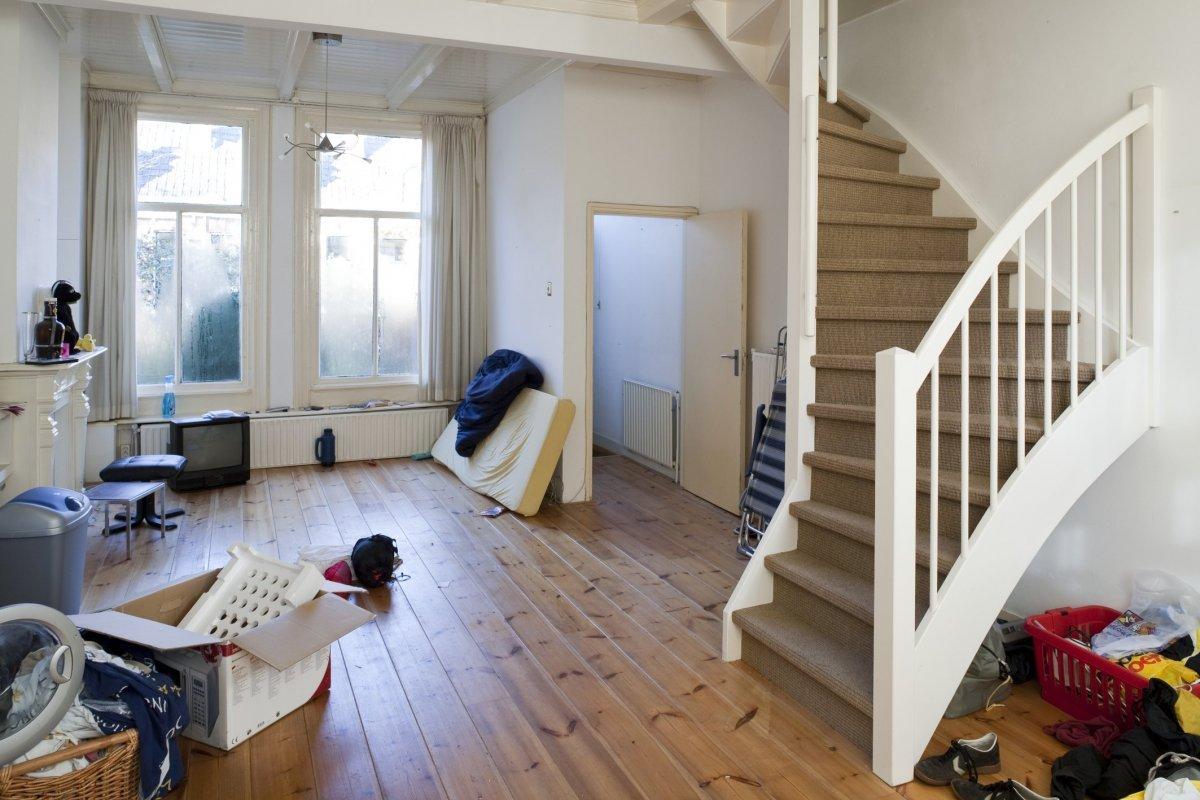File interieur overzicht van de woonkamer met keuken met for Trap in woonkamer