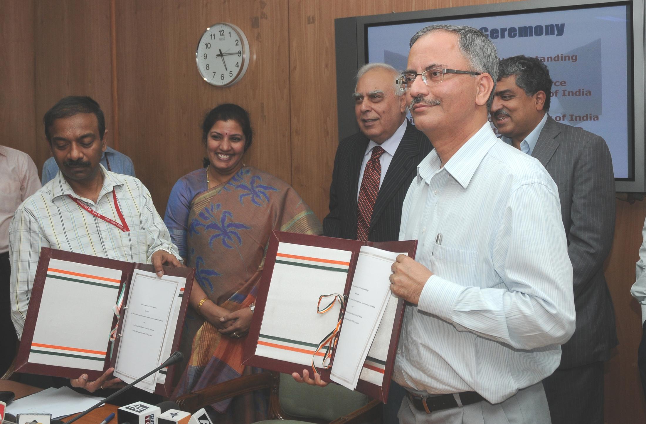 File:Kapil Sibal, the Chairman, UIDAI, Shri Nandan Nilekani