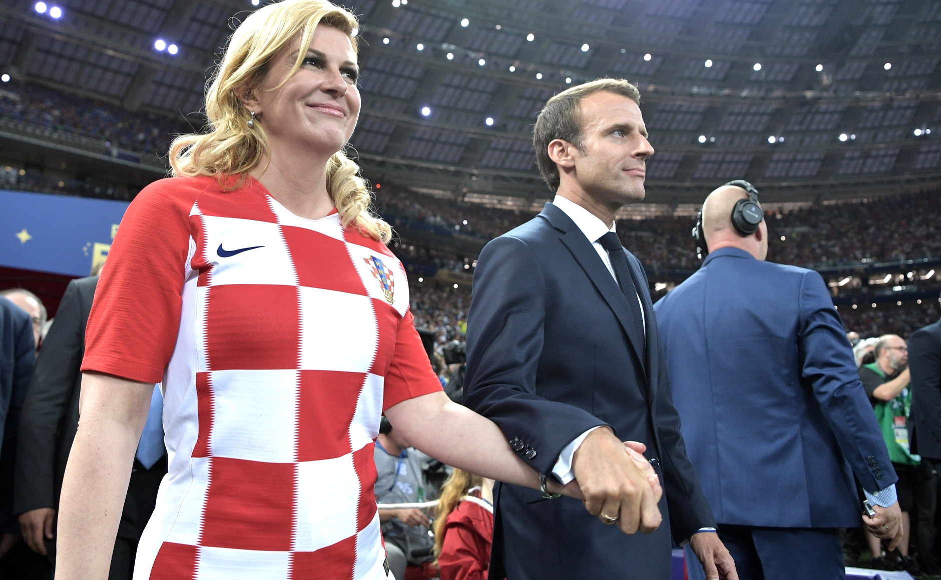 File Kolinda Grabar Kitarovic And Emmanuel Macron Prepare To Award The First And Second Places In The Final Of The 2018 Russian Football Cup Jpg Wikimedia Commons