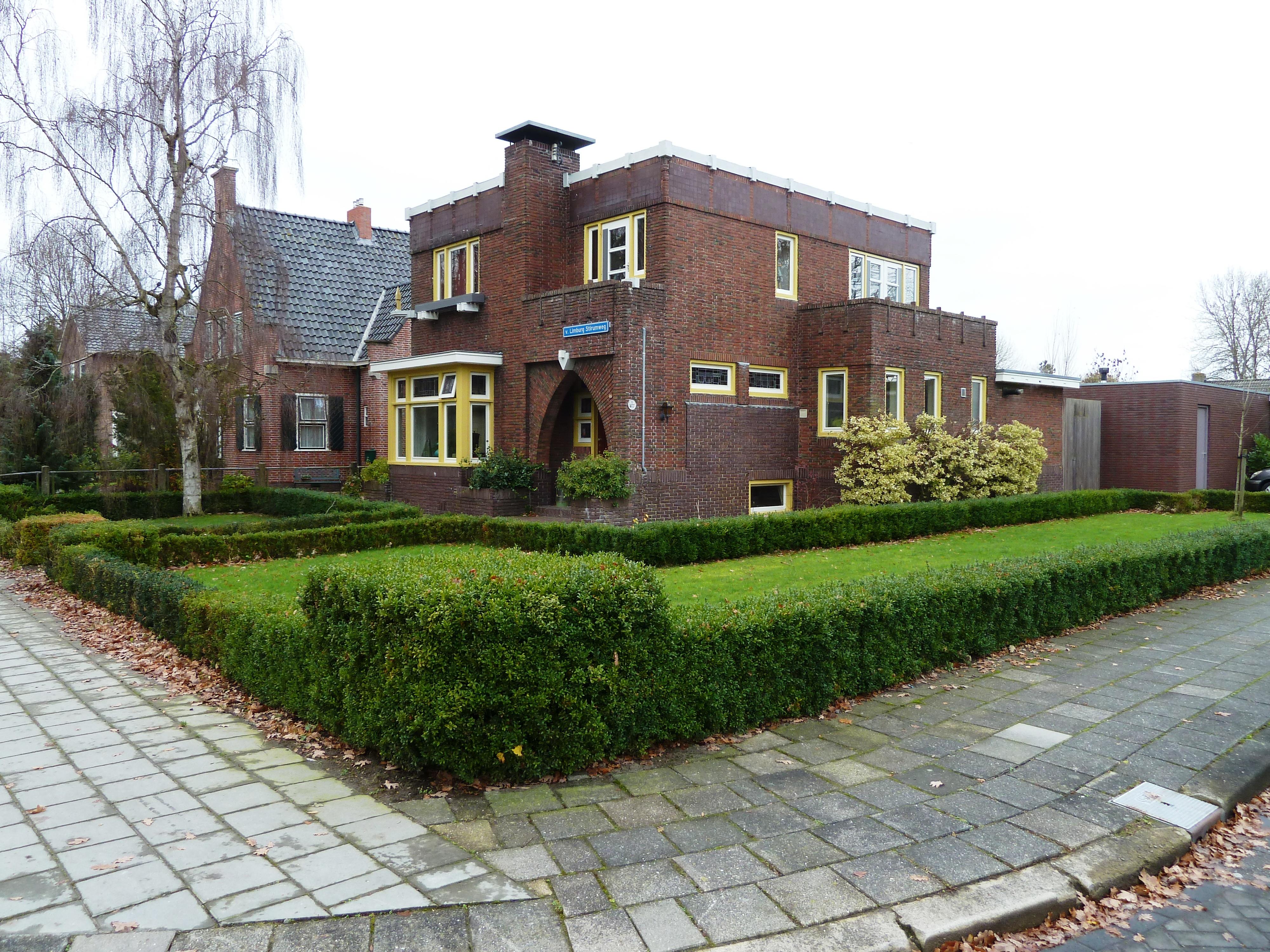 Woonhuis in kubistisch expressionistische stijl met aangebouwde schuur in kollum monument - Expressionistische architectuur ...