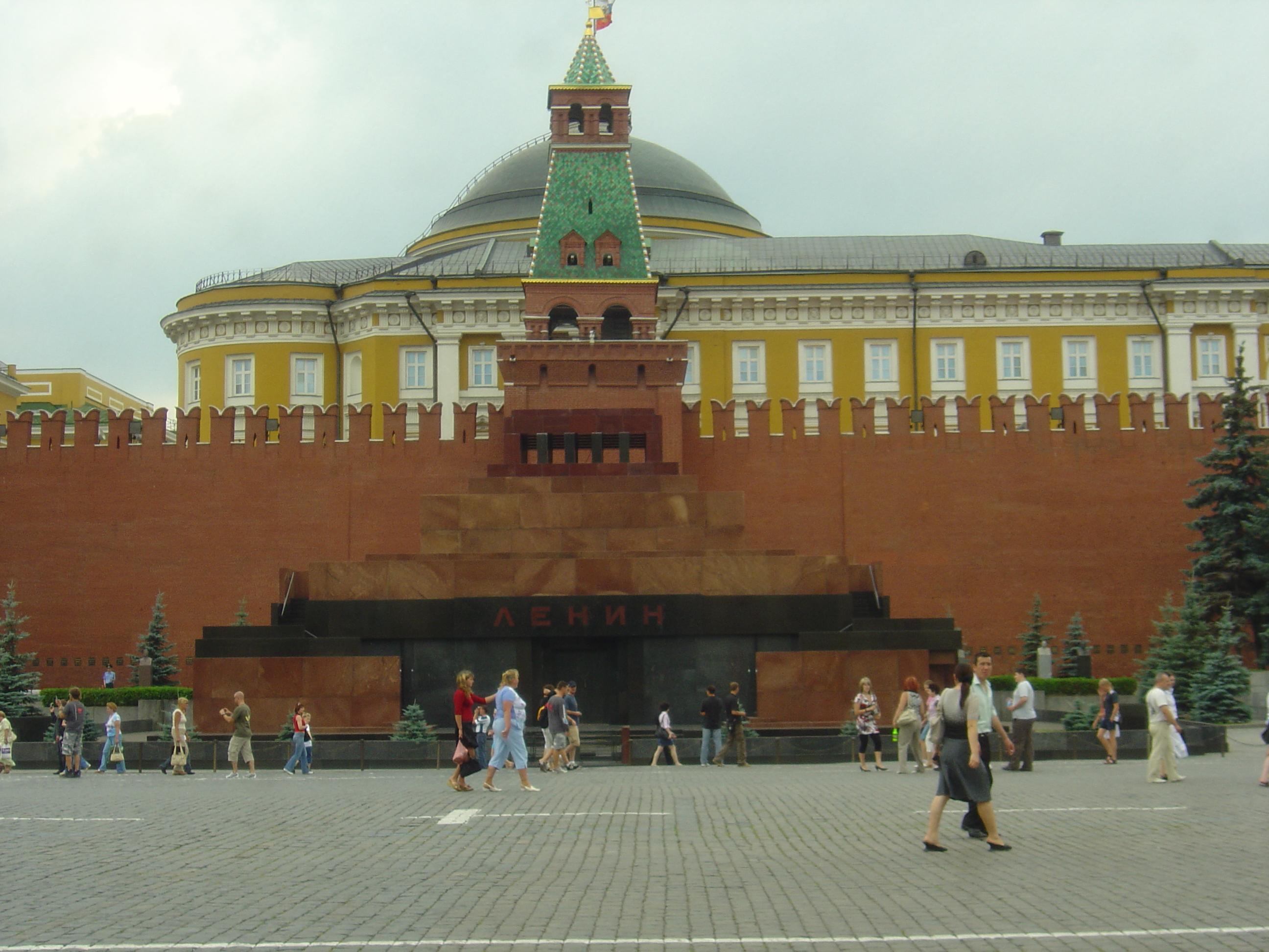 Kremlin Wall Necropolis & Lenin' s Mausoleum, Moscow 2007.JPG
