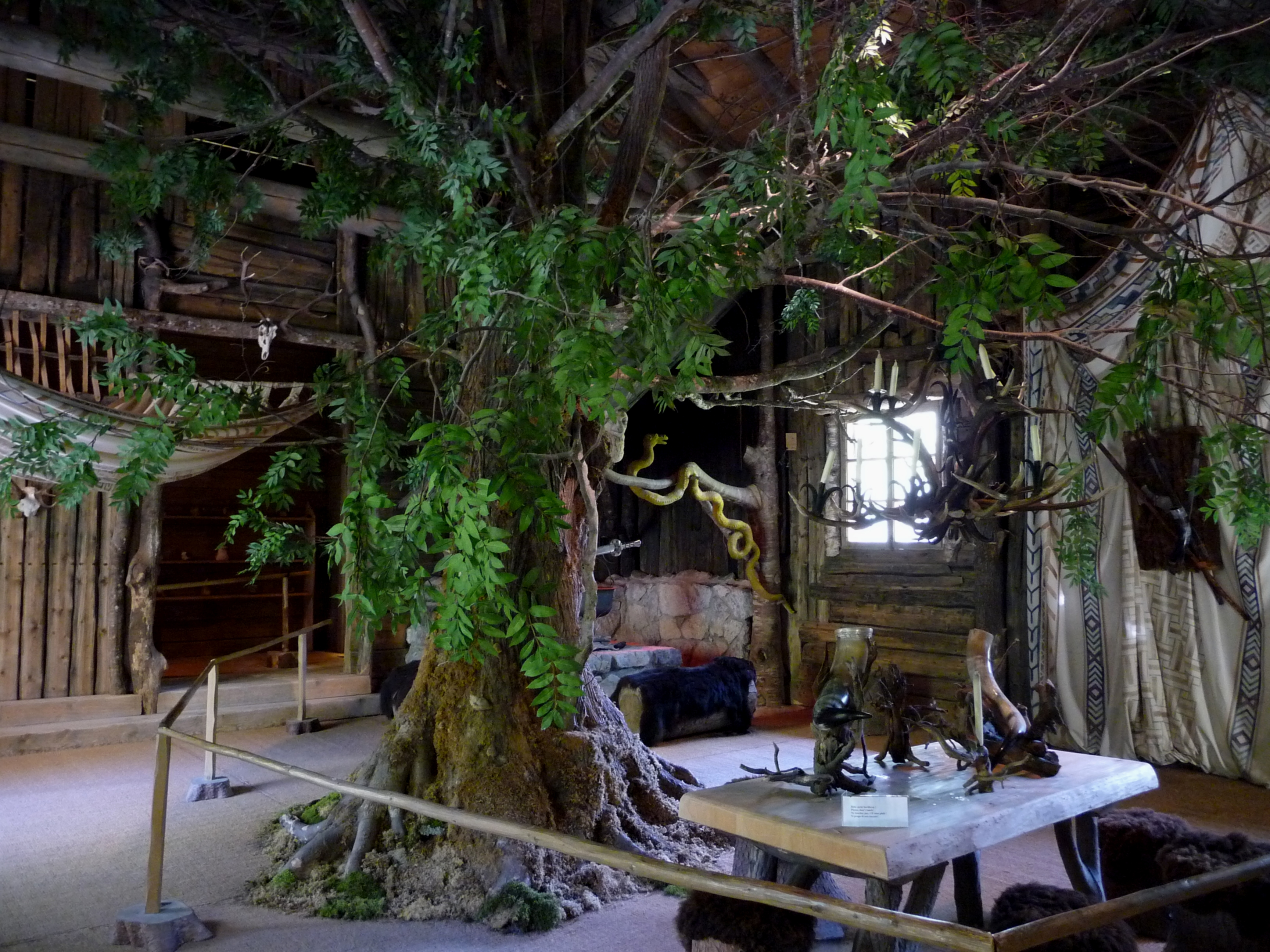 File Linderhof Palace Hunding S Hut Interior 2011 Jpg Wikimedia Commons