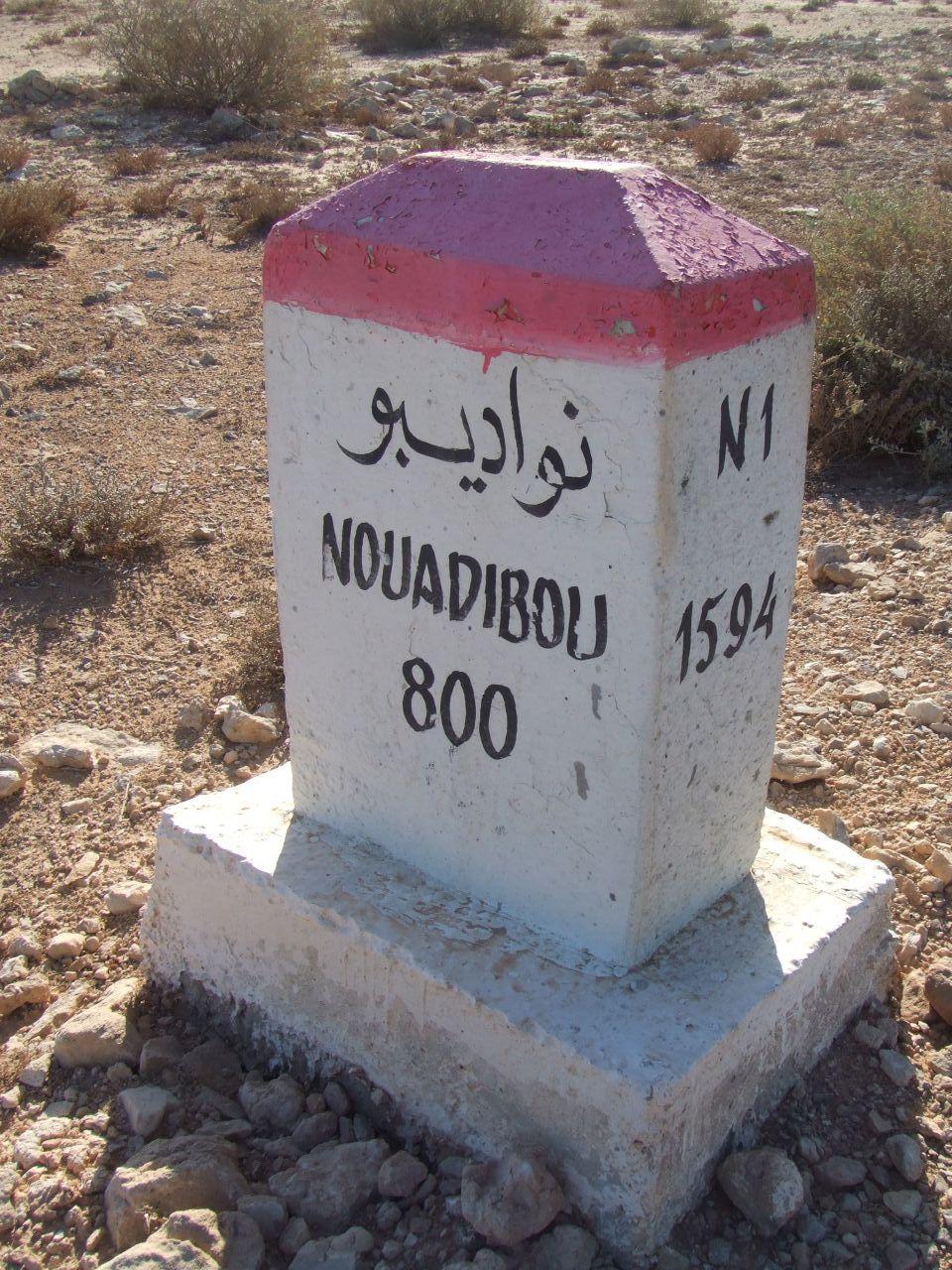 [Cayón] 13 Cincuentines a subasta (PRÓXIMAMENTE) - Página 7 Mojon_kilometrico_en_la_ruta_N1_indicando_800_km_to_Nuadibu