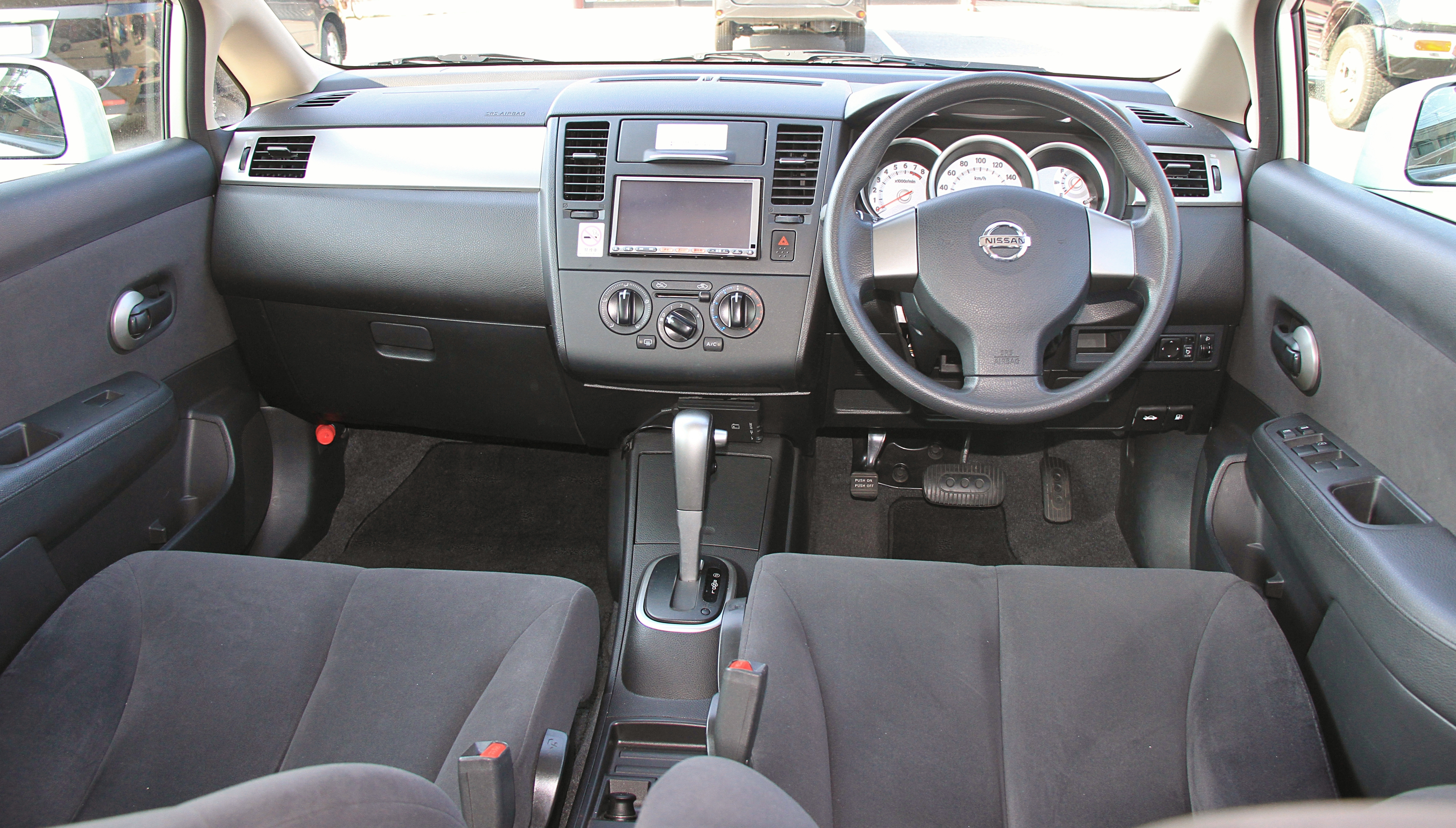 File Nissan Tiida Interior Jpg Wikimedia Commons