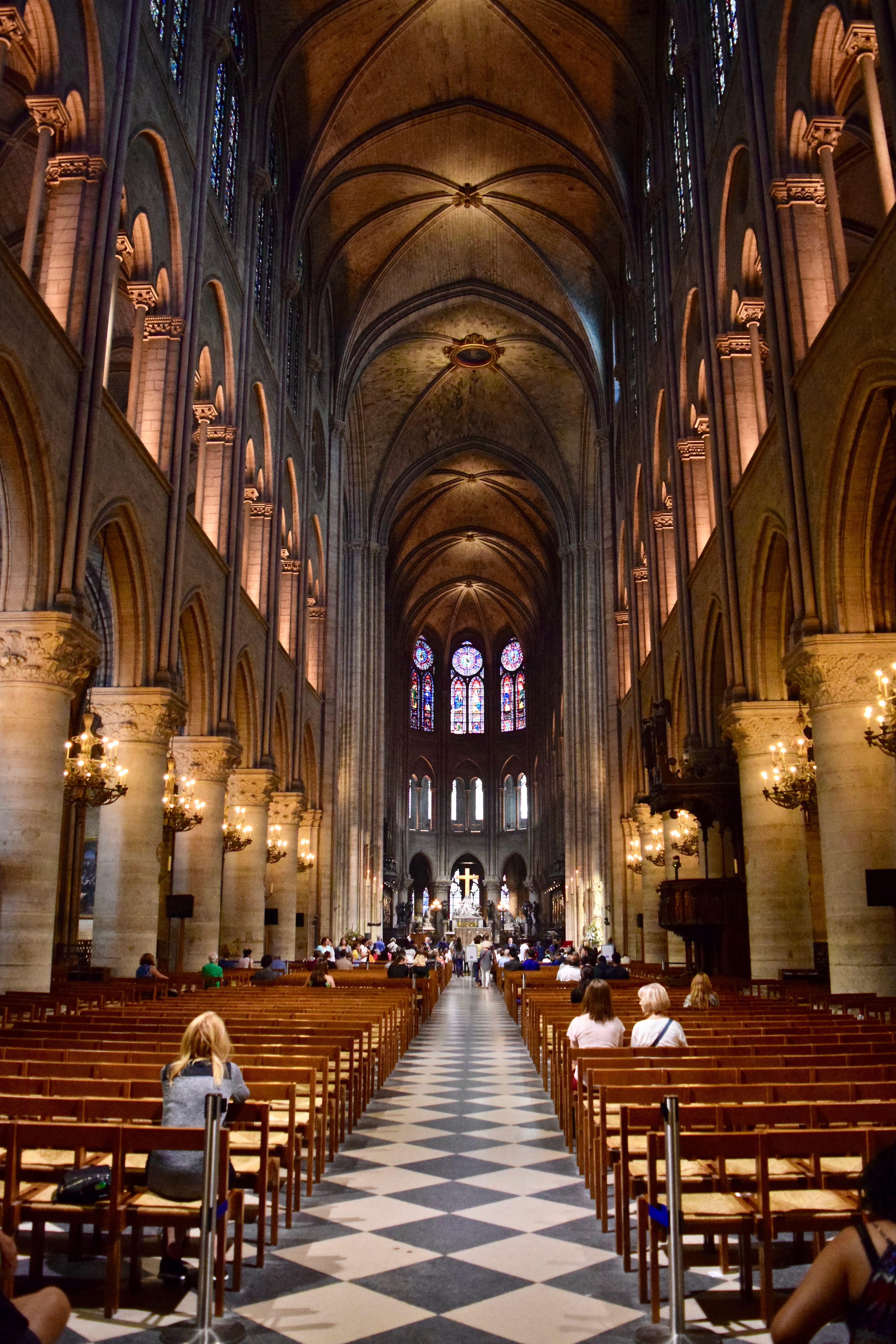 File Nave De La Catedral De Notre Dame De París Jpg Wikimedia Commons