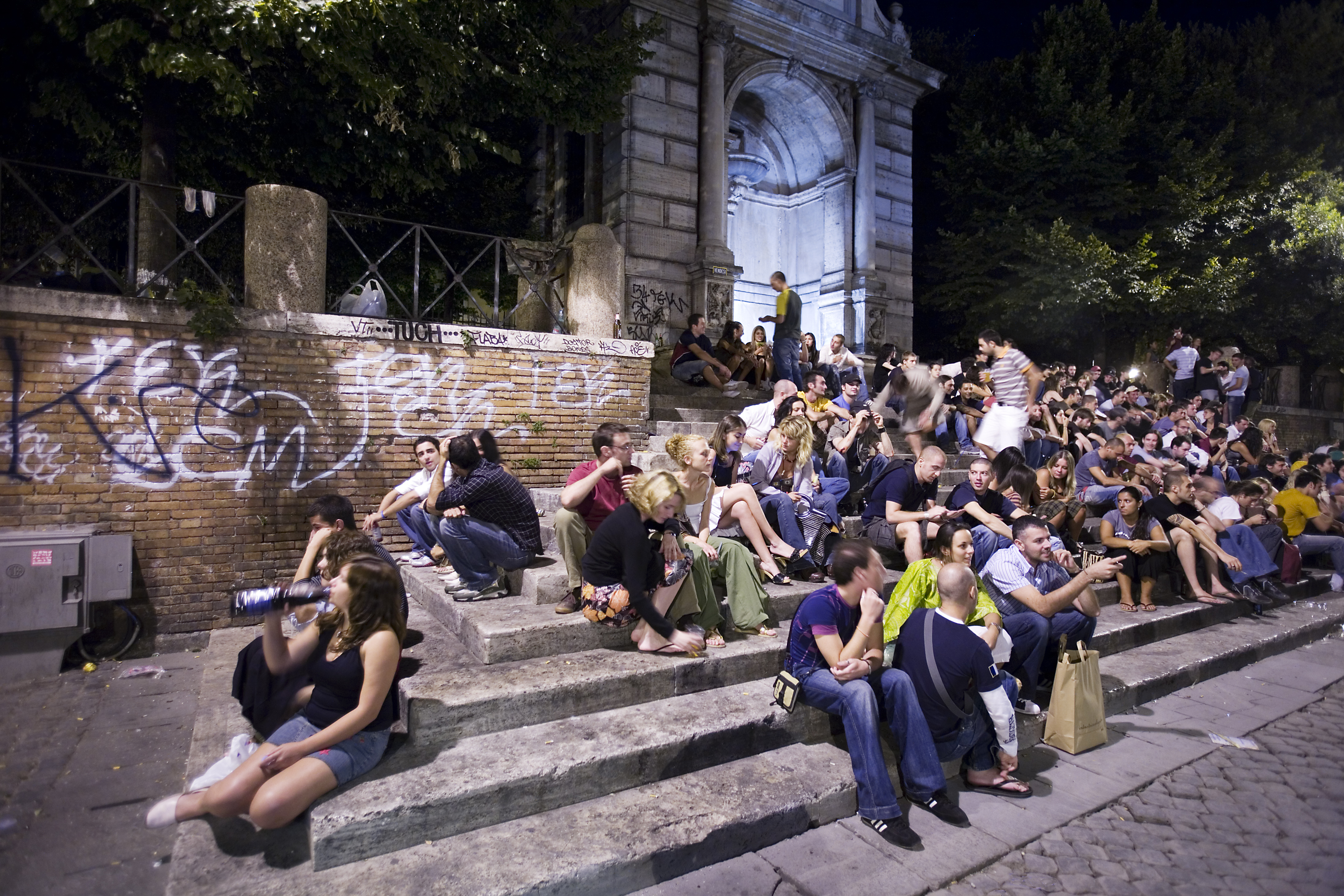 file night life in piazza trilussa in trastevere rome. Black Bedroom Furniture Sets. Home Design Ideas